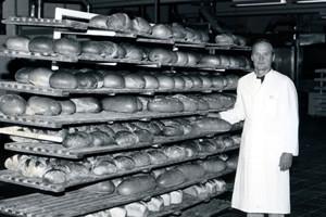 Heinz Huth vor einem Brotwagen