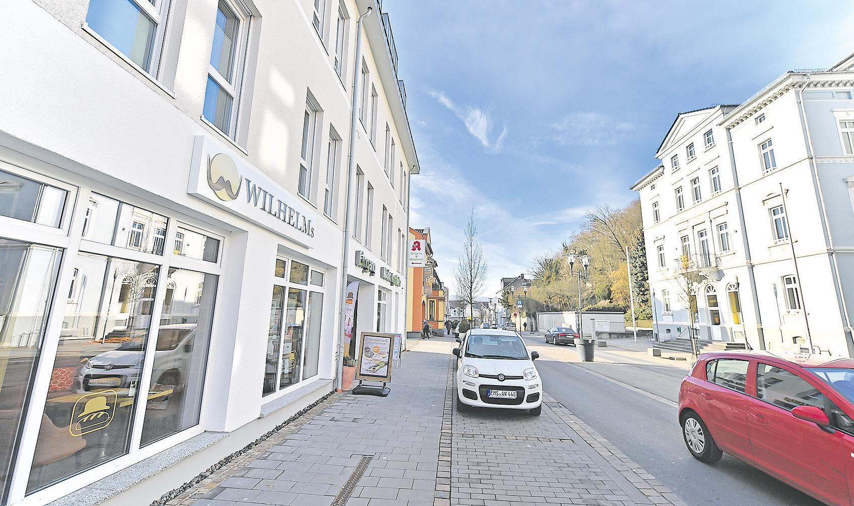 Die Diezer Wilhelmsstraße führt zwischen dem neuen Bäckerei-Café und dem gegenüberliegenden Rathaus hindurch.
