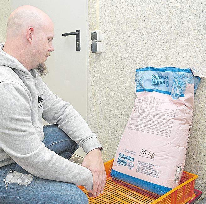 Backstubenleiter Martin Wingenbach mustert die Tüte mit der Backmischung, die es sonst in der Produktion des echten Bäckers nicht gibt.