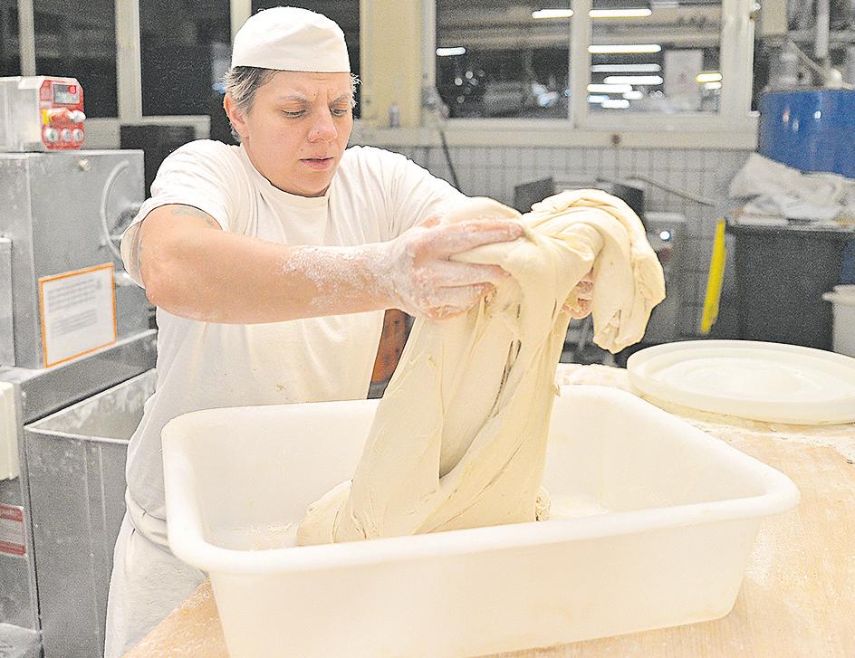 Julia  Heimann schlägt den sehr weichen Teig  zusammen, was die  spätere  Porung im Brot positiv  beeinflusse.