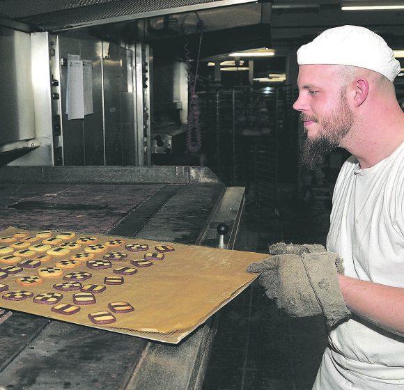 """Deswegen schmecken sie so gut – """"Limburger Mosaik"""" werden aus mehreren Teigsträngen und """"mit Liebe"""" geformt"""